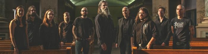 """Wrekmeister Harmonies : le collectif expérimental aux 30 musiciens dévoile """"Run Priest Run"""""""